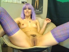 Squeezes a DIldo Inside her Pussy HD