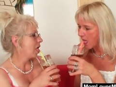 Granny puts on a strapon amazingly to fucks pussy