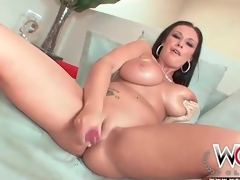 Curvy pornstar Bella Blaze strips and toys her pussy