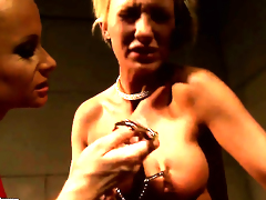 Blonde Katy Parker with huge knockers gives Pearl Diamonds love tunnel a lick